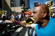 Des partisans de l'opposition de droite manifestent à... (PHOTO ALEJANDRO CEGARRA, AP) - image 1.0