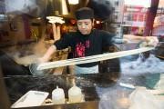 On peut voir travailler le cuisinier du restaurant... (PHOTOIVANOH DEMERS, LA PRESSE) - image 1.0