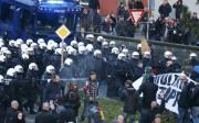 Les policiers ont utilisé du gaz lacrymogène et... (PHOTO WOLFGANG RATTAY, REUTERS) - image 1.0