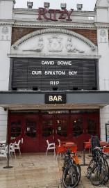 Un hommage rendu à David Bowie devant le... (Agence France-Presse, Chris Ratcliffe) - image 1.0