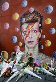 Les fans de David Bowie laissent des mots... (PHOTO AFP) - image 1.0
