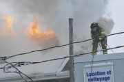 Une vingtaine de pompiers ont combattu le brasier... (Photo Le Quotidien, Rocket Lavoie) - image 1.0
