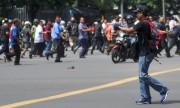 Un homme est vu pointant un pistolet vers... (PHOTO VERI SANOVRI, XINHUA/REUTERS) - image 1.0