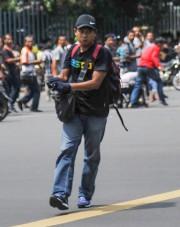 Un homme tenant un pistolet est vu dans... (PHOTO VERI SANOVRI, XINHUA/REUTERS) - image 1.1
