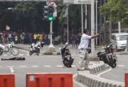Un policier échange des tirs avec les terroristes.... (Associated Press) - image 1.0