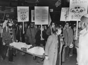 En 1976, une cinquantaine de manifestants tentent de... (PHOTO YVES BEAUCHAMP, ARCHIVES LAPRESSE) - image 1.1