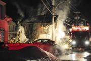 Quelque 25 pompiers ont combattu l'intense brasier.... (Photo Le Quotidien, Gimmy Desbiens) - image 1.0