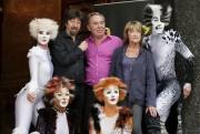 Le créateur Andrew Lloyd Webber entouré de l'équipe... (Archives AP) - image 3.0