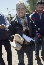 Me José Luis Gonzalez Mezaexhibe devant la presse... (PHOTO OMAR TORRES, AFP) - image 2.0