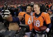 Peyton Manning etRyan Harris immortalisent cette victoire sur... (AP, Charlie Riedel) - image 2.0