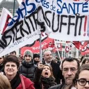Des manifestants protestent dans les rues de Lyon,... (PHOTO JEAN-PHILIPPE KSIAZEK, AFP) - image 2.0