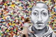 Un homme passe devant une murale peinte en... (PHOTO SHANNON STAPLETON, ARCHIVES REUTERS) - image 2.0