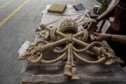 Un artisan finalisant le blason du Vatican... (AFP, Hector Guerrero) - image 2.0