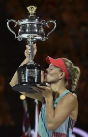 L'Allemande Angelique Kerber soulève l'imposant trophée du volet... (Photo AFP) - image 1.0