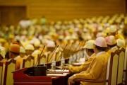 Tout d'orange vêtus, les 390 députés de la... (PHOTO YE AUNG THU, AFP) - image 1.0