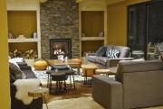 Le salon douillet avec foyer invite au repos... (PHOTO FOURNIE PAR L'HÔTEL HORIZON) - image 3.0