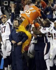 L'entraîneur-chef des BroncosGary Kubiak subit la traditionnelle douche... (PHOTO AP) - image 3.0