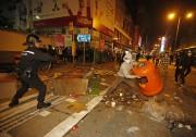 Les policiers de Hong Kong armés de matraques... (Photo AP) - image 1.0