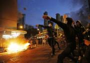 Des dizaines de personnes ont été blessées mardi... (PHOTO KIN CHEUNG, AP) - image 1.0