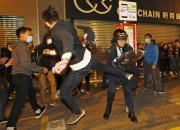 Des dizaines de personnes ont été blessées mardi... (PHOTO KIN CHEUNG, AP) - image 1.1