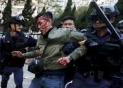 Des dizaines de personnes ont été blessées mardi à... (PHOTO BOBBY YIP, REUTEURS) - image 4.0