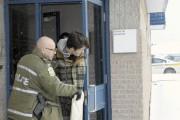 William Turbide en compagnie des policiers.... (Photo Le Quotidien, Gimmy Desbiens) - image 3.1
