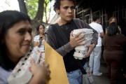 Des gens transportent des boîtes d'oeufs qu'ils viennent... (PHOTO ARIANA CUBILLOS, ARCHIVES AP) - image 2.0