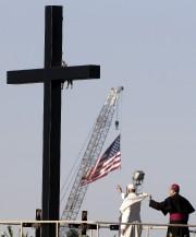 Le pape s'est recueilli près d'une grande croix... (PHOTO REUTERS) - image 2.0