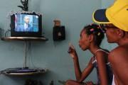 Des Cubains regardent Barack Obama à la télévision... (PHOTO AFP) - image 1.0