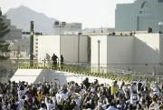 Le pape s'est recueilli près d'une grande croix... (David Wallace, The Arizona Republic via AP) - image 2.0