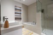 La salle de bains compte une baignoire séparée... (PHOTO HUGO-SÉBASTIEN AUBERT, LA PRESSE) - image 5.0