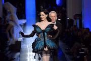 Le couturier français Jean Paul Gaultier avec Dita... (PHOTO ARCHIVES AFP) - image 3.0