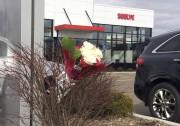 Des fleurs ont été déposées devant un concessionnaire... (AP, Jeff Karoub) - image 2.0