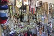 À Fatima, les vendeurs de souvenirs religieux abondent.... (Le Soleil, Normand Provencher) - image 5.0