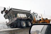 Ce camion de déneigement s'est retrouvé coincé en... (Photo Le Quotidien, Jeannot Lévesque) - image 3.0