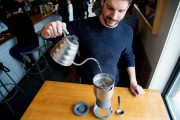 Grégoire Vincent, barista au café Larue & Fils... (PHOTO ALAIN ROBERGE, LA PRESSE) - image 1.0