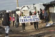 Des migrants ont manifesté pendant le démantèlement de... (PHOTO PHILIPPE HUGUEN, AFP) - image 1.0