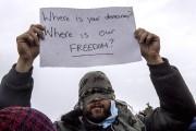 Huit migrants iraniens ont posé un geste inhabituel... (AP, Michel Spingler) - image 2.0