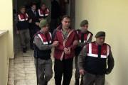 Des policiers paramilitaires turcs escortent les passeurs syriens... (AP) - image 1.0