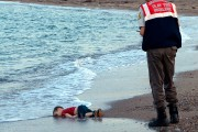 La mort du petit Alan Kurdi a secoué... (PHOTO Nilufer Demir, archives AP) - image 1.1