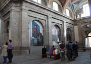 Des visiteurs admirent les fresques du muraliste José... (PHOTO LUCIE LAVIGNE, LA PRESSE) - image 4.0