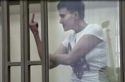 La militaire a adressé un bras d'honneur à... (IMAGE YURY MALTSEV, AFP TV) - image 1.0