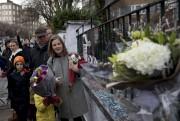 Les fans ont commencé à déposer des fleurs... (AP, Matt Dunham) - image 3.0