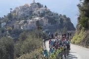 Le peloton a traversé plusieurs villages au cours... (Photo AFP) - image 1.0