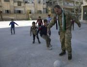 Yasser Nabhan joue aux ballons avec des enfants.... (AFP) - image 4.0