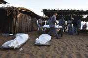 Plusieurs corps ont été découverts sur la plage... (AFP, Sia-Kambou) - image 2.0