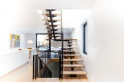 Magnifique et aérien, l'escalier vertigineux a récemment été... (PHOTO FOURNIE PAR LA COURTIÈRE) - image 3.0