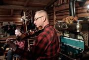 Un violoneux et un accordéoniste donnent à la... (PHOTO PASCAL RATTHÉ, COLLABORATION SPÉCIALE, LA PRESSE) - image 5.0