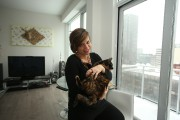 Mélanie Leblanc dans sa nouvelle demeure pose avec... (PHOTO MARTIN CHAMBERLAND, LA PRESSE) - image 5.0