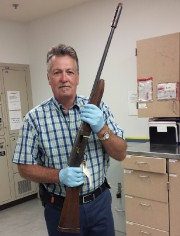 Le détective Mike Ciesynski tient le fusil de... (AP, Seattle Police) - image 2.0